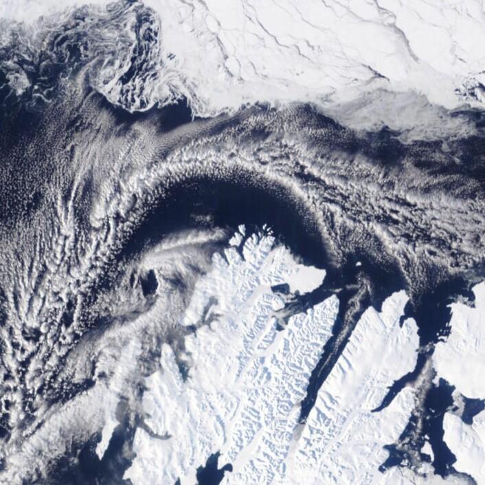 Nokså lite sjøis nord for Svalbard 1. april. Og lite is inne i den lange Wijdefjorden. (Bilde: NASA Terra MODIS)