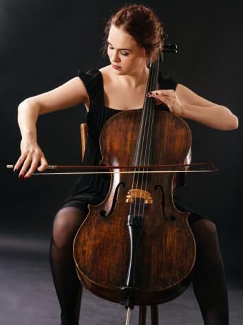 Å skreve med bena rundt en cello ble ansett som usømmelig. Derfor skulle kvinner holde seg unna dette instrumentet. (Foto: Ronald Sumners, Shutterstock, NTB scanpix)