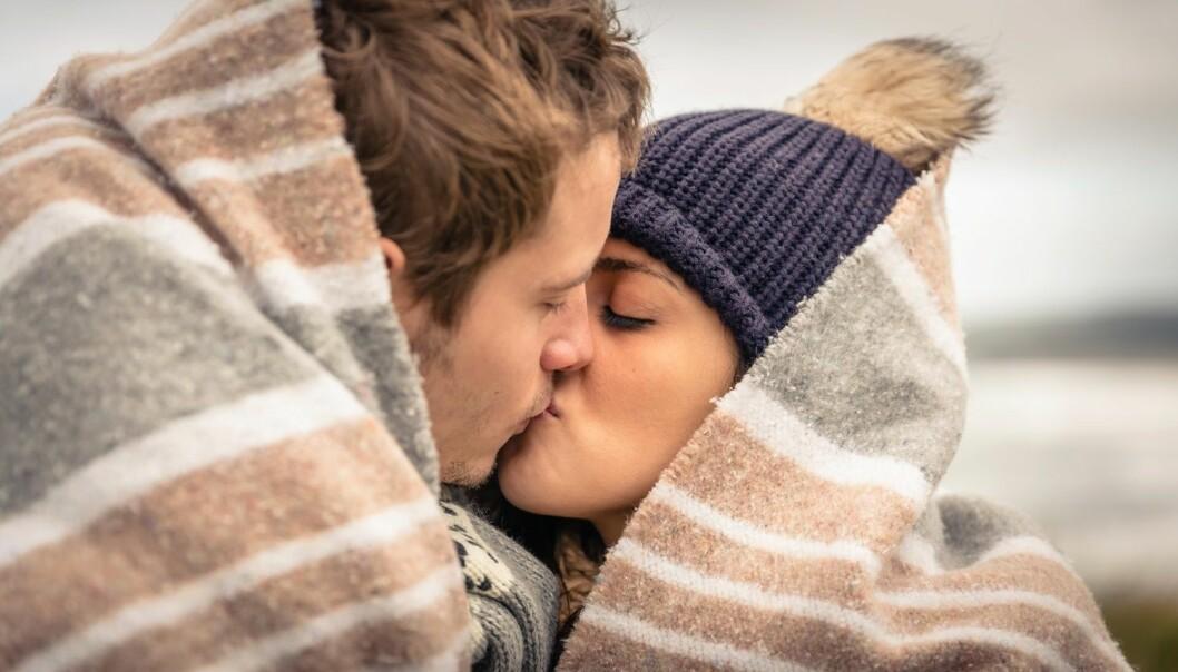 Ved å stenge ute en sans kan vi konsentrere oss om en annen – for eksempel når vi kysser, ifølge studien. (Foto: Shutterstock /NTB Scanpix)