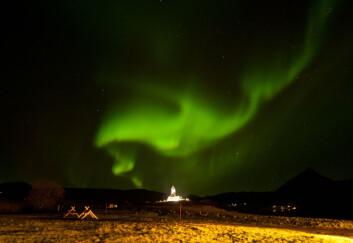 Nordlys over vikingmuseet i Lofoten. Norge oppleves som like fjernt og eksotisk for nederlandske, tyske og britiske turister som en safaritur til Afrika. Derfor er pakketuren en måte å redusere forbrukernes opplevde risiko, mener forskerne. (Foto: Hurtigruten)