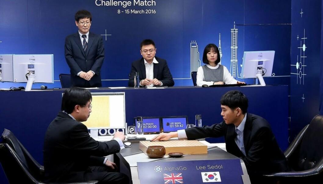 Lee Se-Dol er verdensmester i det superkompliserte spillet Go. Nylig tapte han fire av fem runder mot supermaskinen AlphaGo. Go er uhyre vanskelig for datamaskiner fordi brikkene kan plasseres på flere måter enn det er atomer i universet.  (Foto: AlphaGo/AFP/Google DeepMind.)