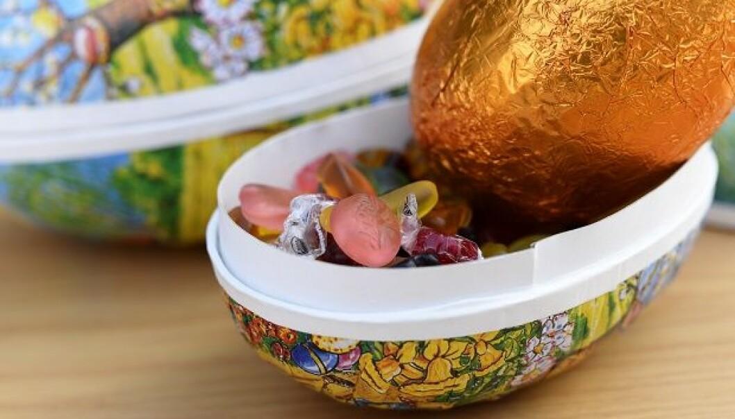Hva har du i påskeegget? – Vi skal selvfølgelig ikke ta bort tradisjonene, men det er mulig å løse det på det en bedre måte, sier ernæringsforsker Mone Sæland. (Foto: Sonja Balci)