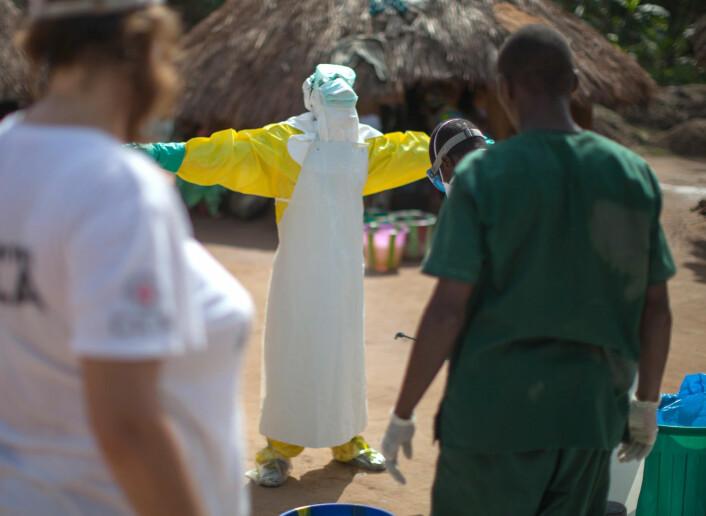 Ebola smittet ved direkte kontakt. Dermed ble det viktig å beskytte huden til helsearbeidere. (Foto: Sean Hawkey/Folkehelseinstituttet)