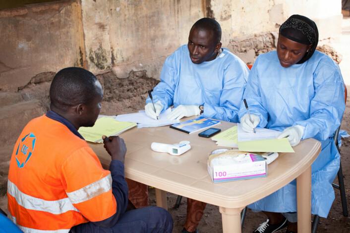 Lokale helsemyndigheter var overarbeidet, og data om ebolautbruddet var mangelfulle i starten. Her samler helsearbeidere i Guinea inn opplysninger. (Foto: Sean Hawkey/Folkehelseinstituttet)