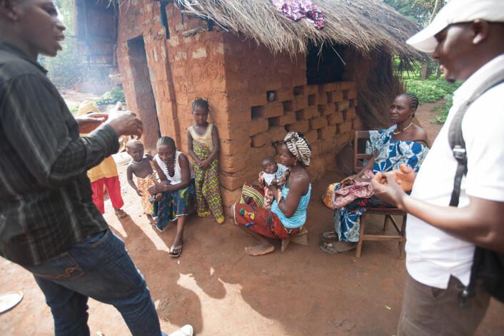 De enkle datamodellene ser ikke forskjell på folk. Mer kompliserte modeller tar hensynt til hvordan folk møtes, hvordan de reiser, hvilken helsetilstand de har og mer. Her møter lokale helsearbeidere en familie i Guinea. (Foto: Sean Hawkey/Folkehelseinstituttet)