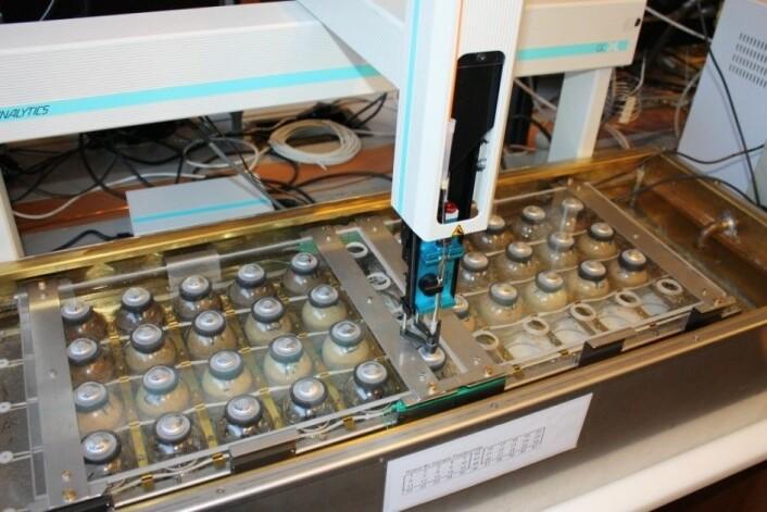 Mekanismene bak lystgassproduksjon ble studert i laboratoriet på Norges universitet for miljø- og biovitenskap. Her benyttes avanserte instrumenter som denne inkubasjonsroboten. (Foto: Jing Zhu)