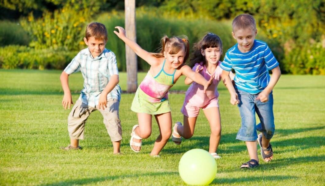 Selv etter en lang dag i barnehagen har barn fremdeles energi til å løpe omkring. Ifølge en forsker skyldes det blant annet at de henter seg inn igjen mye raskere enn voksne. (Illustrasjonsfoto: 2xSamara.com/Shutterstock/NTB scanpix)