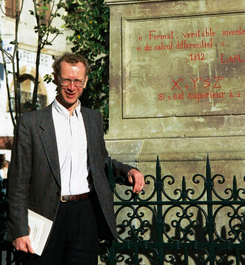 Andrew Wiles foran minnesmerket over Fermat i hans hjemby Beaumont-de-Lomagne. Bildet er fra 1995. (Foto: Klaus Barner, Creative Commons Attribution-Share Alike 3.0 Unported license)