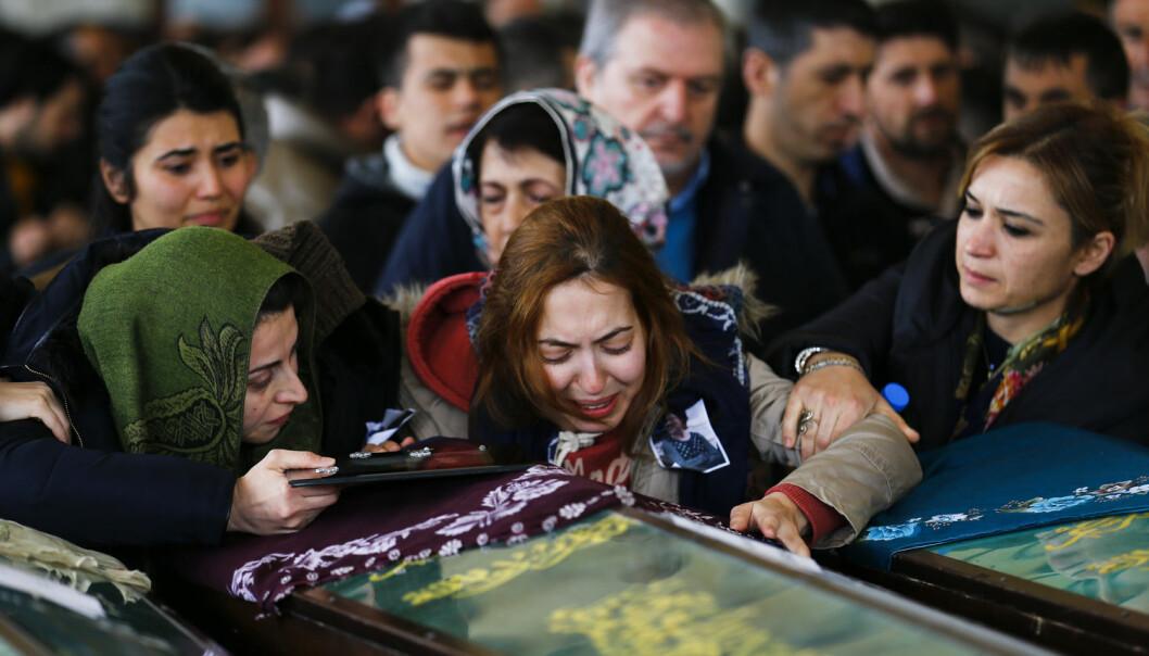Etterlatte sørger mandag ved kisten til et av ofrene for bilbomben i Ankara kvelden før. (Foto: Umit Bektas, Reuters, NTB scanpix)