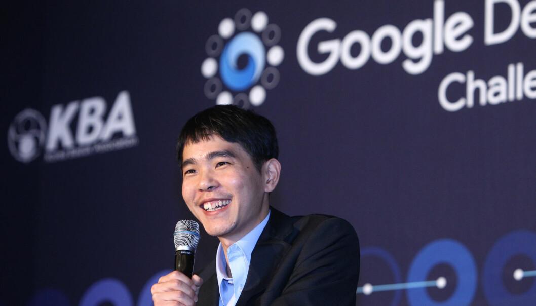 En fornøyd Lee Se-dol møtte på pressekonferanse etter å ha vunnet sin første kamp i turneringen mot den kunstige intelligensen AlphaGo. (Foto: Xinhua, NTB Scanpix)