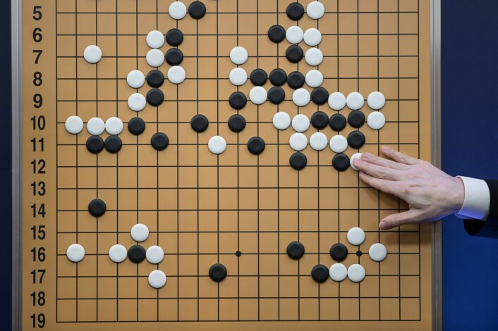 Slik så brettet ut etter den 5 timer lange kampen mellom Lee See-dol og AlphaGo. Go er ett av verdens eldste og mest kompliserte spill, tross ganske enkle regler. Slik ligner det på sjakk, men har mange flere trekkmuligheter. Målet med spillet er å ha omringet spillbrettet med et større område av brikker enn motstanderen. (Foto: Ed Jones / NTB Scanpix)