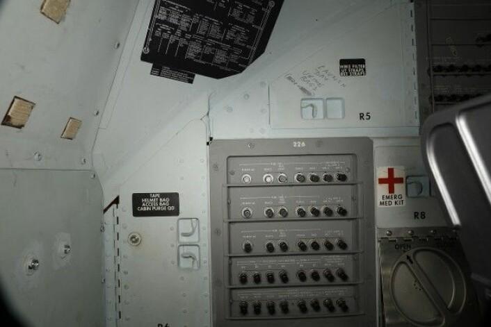 """""""Launch day urine bags"""" er skrevet på skapet til høyre i bildet, tror vi. (Foto: Smithsonian Institute)"""
