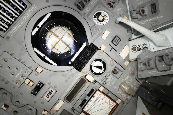 Astronautene har notert rundt et av navigasjonsverktøyene i kapselen. (Foto: Smithsonian Institute)