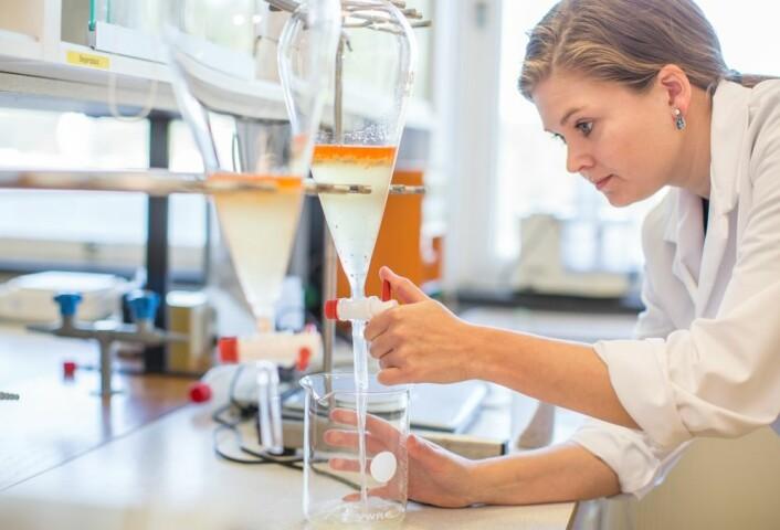 Her jobber Tone Aspevik med å redusere bittersmaken i restråstoff fra laks. Hun har klart å redusere den, men har ikke klart å bli kvitt fiskesmaken. (Foto:  Øyvind Ganesh Eknes)