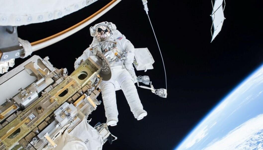 Astronaut Tim Kopra er ute og forbereder romstasjonen til mottak av nye forsyninger. Men hva skjer egentlig med kroppen når du oppholder deg ute i verdensrommet over lengre tid? (Foto: NASA/NTB scanpix)