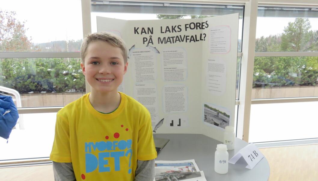 Lars Bjergene i sjuende klasse på Kolbotn skole testet ut om lakseyngel kunne leve av matavfall - i dette tilfellet makrell.  (Foto: Nora Heyerdahl)