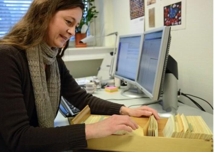"""Solveig Wikstrøm, en av redaktørene til Norsk Ordbok, lurte på hvor ordet """"skræling"""" kom fra. Dialektordet hun brukte i Rana dukket opp på en av de små, innsamlede lappene som beskriver bruken av ord rundt omkring i landet. Her fant hun tilbake til røttene. (Foto: Ida Kvittingen)"""