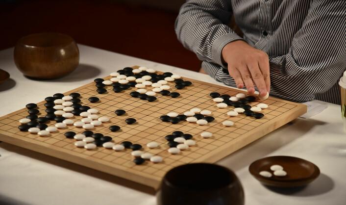 Go er ett av verdens eldste og mest kompliserte spill, tross ganske enkle regler. Slik ligner det på sjakk, men har mange flere trekkmuligheter. Målet med spillet er å ha omringet spillbrettet med et større område av brikker enn motstanderen. (Foto: Emily Clarke/Google)