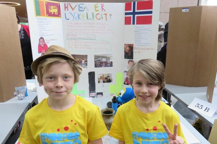 Mons og Aron i femteklasse på Kolbotn skole foran presentasjonen sin om barn i Norge og på Sri Lanka. (Foto: Nora Heyerdahl)