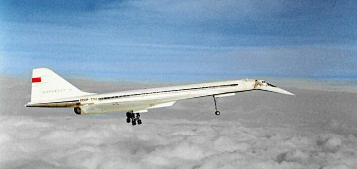 """Tupolev TU-144 lignet på det europeiske Concorde. Det ble derfor kalt """"Concordski"""" i vesten. Prototypen fløy nyttårsaften 1968, to måneder før Concorde. Det ble også det første passasjerflyet som passerte Mach 2, to ganger lydens hastighet. Flyet fløy passasjerer fra november 1977, to år etter Concorde, men det ble bare 55 turer med passasjerer etter at en forbedret utgave styrtet under en testflygning i 1978. Flyet fløy videre som fraktfly, men ble tatt helt ut av drift i 1983. (Foto: Lev Polikashin, RIA Novosti archive, Creative Commons Attribution-Share Alike 3.0 Unported license.)"""