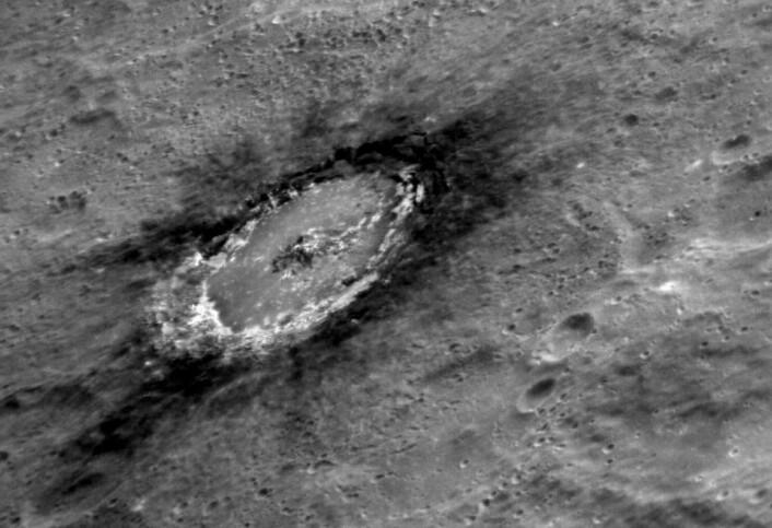 De mørke områdene rundt krateret Basho viser tydelig hvordan nedslaget av kjempemeteoroiden har gravd opp mørkere stoff fra dypere ned i Merkur. (Foto: NASA/Johns Hopkins University Applied Physics Laboratory/Carnegie Institution of Washington)