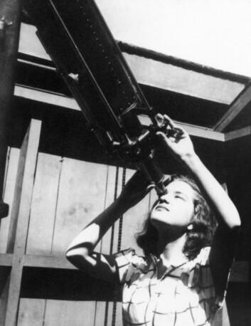 Vera Rubin kikker i et teleskop ved Vassar College, rundt 1947. I sin karriere som astrofysiker gjorde hun flere oppdagelser som skulle ha dyptgripende følger for fysikken. For eksempel at det ser ut til å mangle enorme mengder stoff i universet. (Foto: Science Photo Library / NTB Scanpix)