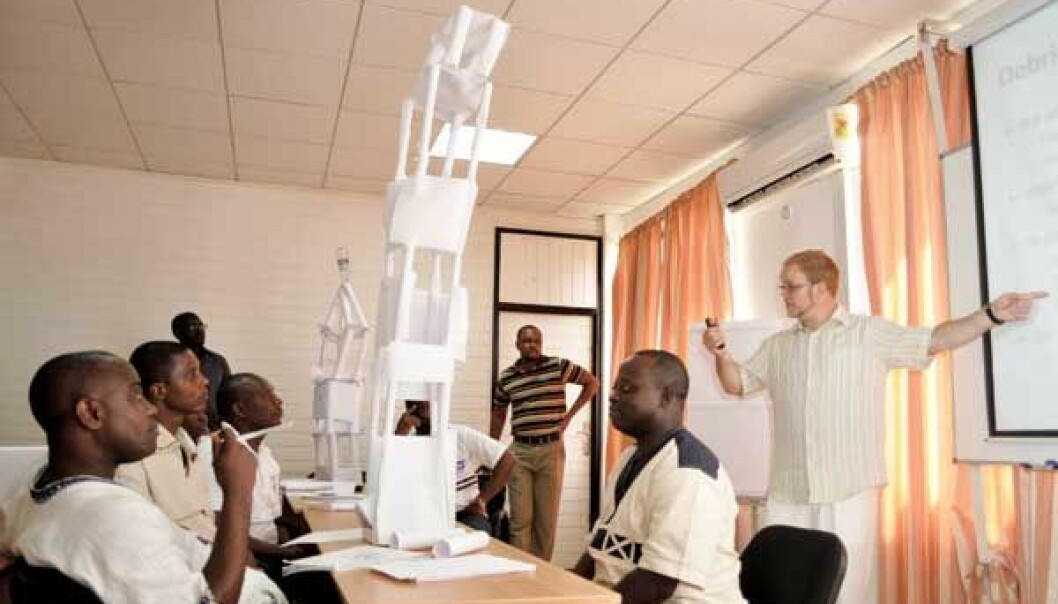 Creative Ghanaian master's students are learning project management from SINTEF's Jan Alexander Langlo. The course is part of a foreign aid project which aims to get local businesses qualified as suppliers to the country's oil sector. (Photo: Svein Tønseth)