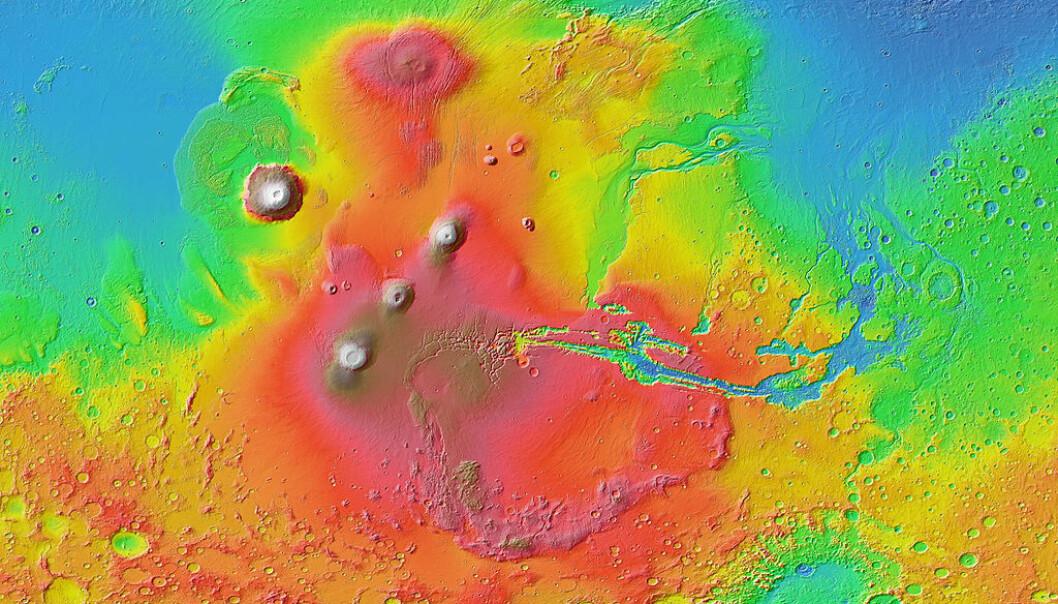 Dette er Tharsis-platået på Mars. Solsystemets høyeste fjell, Olympus Mons ligger til venstre i bilde. De røde og brune fargene viser høyde, og at det ligger mye høyere enn området rundt. Hele formasjonen er mer enn 5000 kilometer bredt. (Bilde: NASA / JPL-Caltech / Arizona State University)