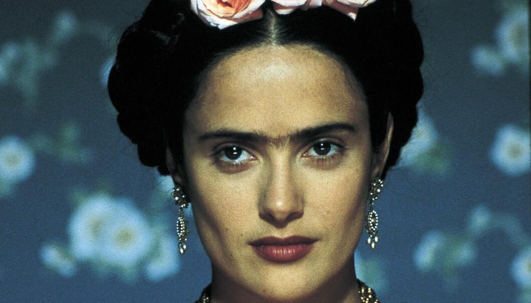 Forskere har  undersøkt genene til over 6000 mennesker og funnet en rekke ulike gener som styrer ulike egenskaper ved håret vårt. Her ser du Salma Hayek som spiller Frida Kahlo i filmen Frida. (Foto: Miramax)