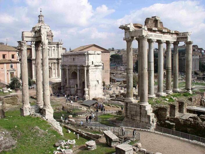 Forum Romanum slik det ser ut i dag. Triumfbuen er bygget av Septimius Severus, som var keiser mellom 193 og 211 e.Kr. (Foto: Carla Tavares/CC BY-SA 3.0)