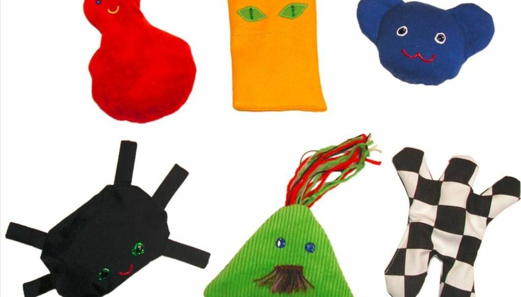 Barn med varianter av autisme kan ha problemer med språket og språknyanser. En metode der barna får høre lyder som de forbinder med konkrete gjenstander gjør det enklere for barna å lære nye ord, viser en svensk avhandling. Dukkene er laget for barn med Downs syndrom.  (Foto: Marias Verkstad.com)
