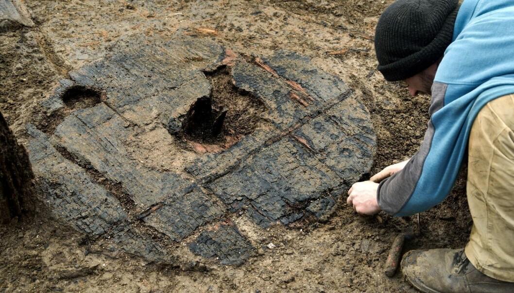 Dette hjulet rullet rundt for 3000 år siden. Det lille, runde hullet til venstre på hjulet er et resultat av en geologisk undersøkelse som traff hjulet for flere tiår siden. (Foto: Rex/Rex Features/NTB Scanpix)