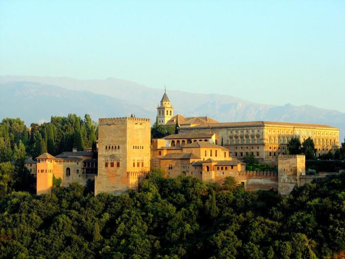 Alhambra-palasset i Granada i Spania. Slottet ble bygget på 1300-tallet, og ble brukt som sete for emirene som hersket i Granada. (Foto: bernjan/CC BY 2.0)
