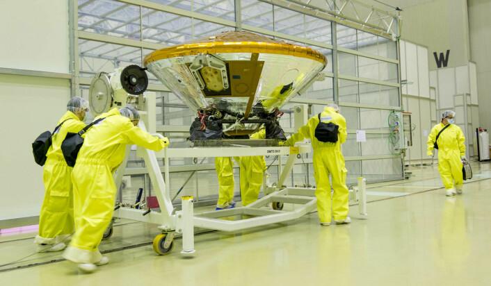 Landingsmodulen Schiaparelli fraktes fra renrommet til drivstoffpåfylling i Baikonur-kosmodromen den 12. februar 2016. (Foto: ESA - B. Bethge)
