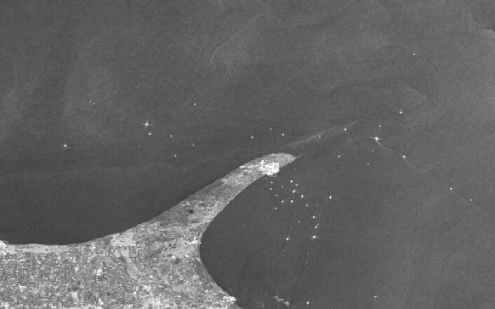 Skip utenfor Skagen, sett fra radarsatellitten Sentinel-1A fredag 19 februar. (Bilde: Copernicus Sentinel Data 2016, prosessert av KSAT).