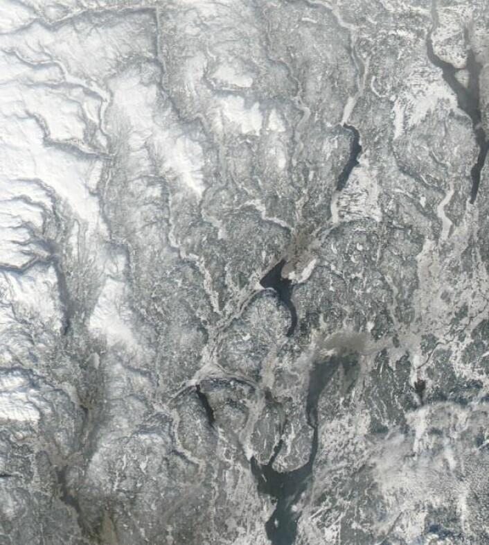 Østlandet sett fra NASA's Aqua 16 februar. Lett å se hvor det ligger is/snø på innsjøene, og hvor det er åpent vann. (Bilde: NASA Aqua MODIS).
