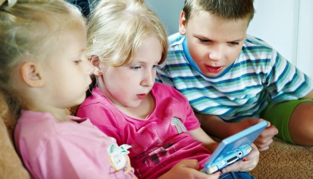 Når jenter spiller dataspill, er det oftest spill som The Sims eller Candy Crush. Gutter konkurrerer ofte i sosiale spill som Counterstrike eller League of Legends. (Illustrasjonsfoto: Sergey Ryzhov/Shutterstock/NTB scanpix)