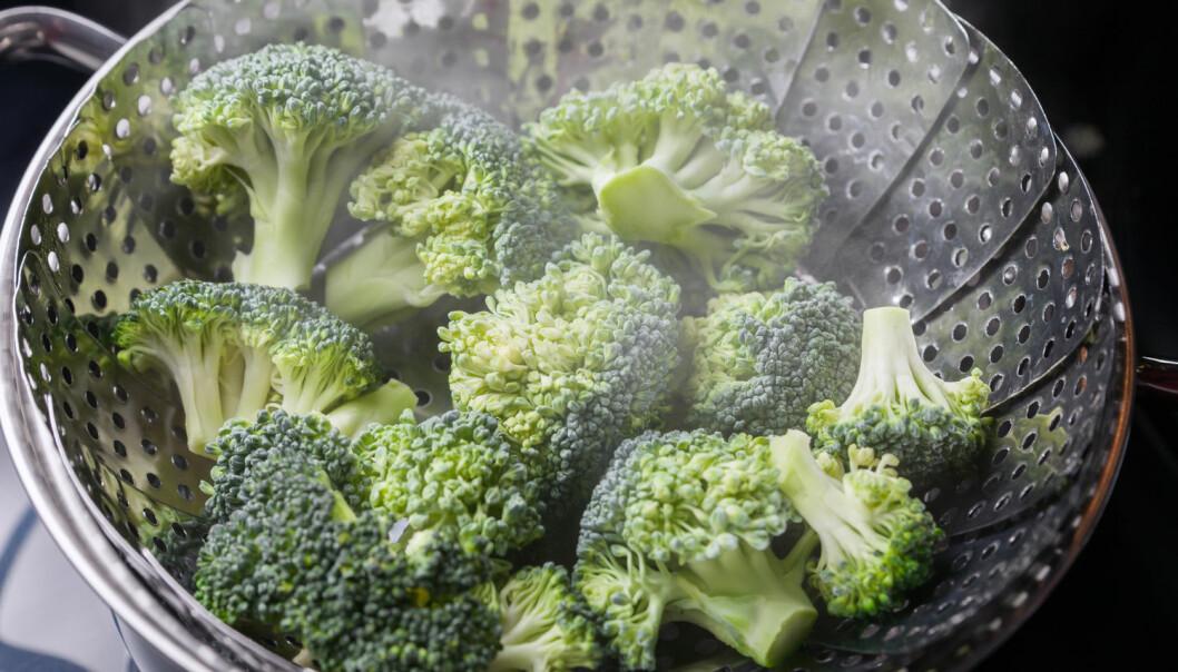 Damping foregår ved at du bare har litt vann i en kjele og legger en damprist over. Kok gjerne opp vannet, før du legger oppi grønnsakene. Lokk på toppen er viktig. Tilberedningen av både frosne og ferske grønnsaker går fort, og du beholder mye av de sunne næringsstoffene.  (Foto: Leszek Glasner / Shutterstock / NTB scanpix)