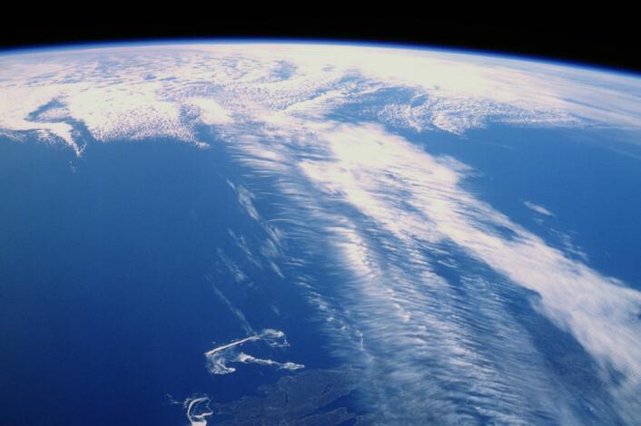 Skyer følger jetstrømmen over Canada og gjør den synlig, sett fra rommet. (Foto: NASA)