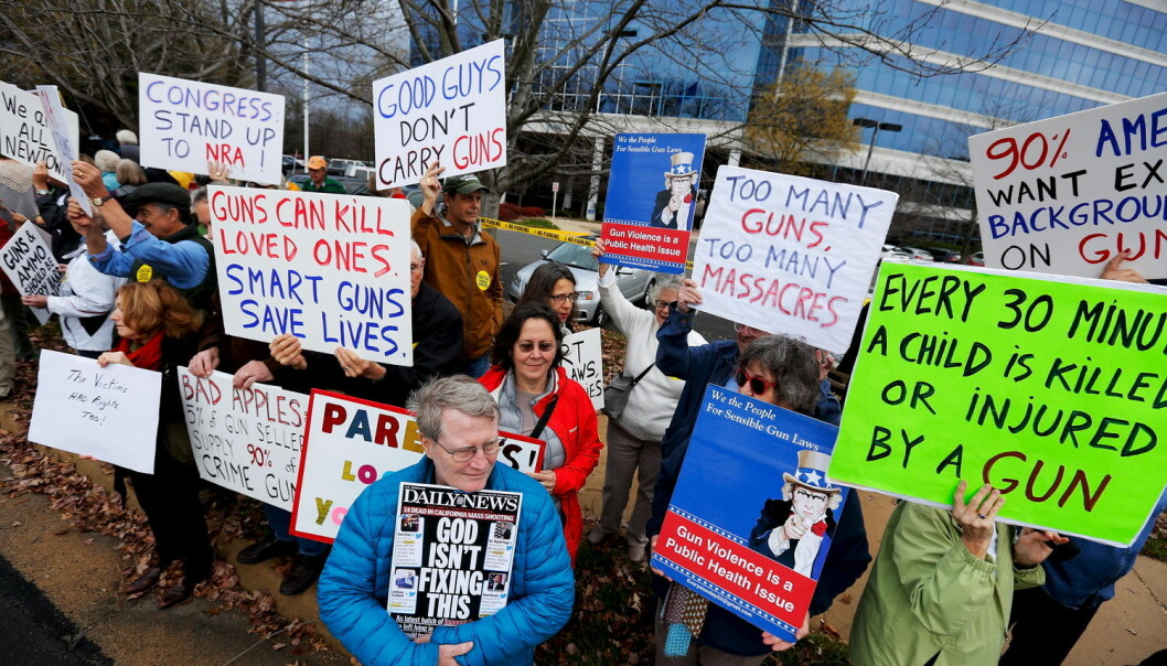 Amerikanere har høyere risiko for å bli drept av skytevåpen, og USA er landet som har flest masseskytinger på offentlig sted. I desember i fjor demonstrerte noen amerikanere mot skytevåpen, tre år etter skolemassakren ved Sandy Hook der 20 barn ble drept. (Foto: Jonathan Ernst/Reuters)