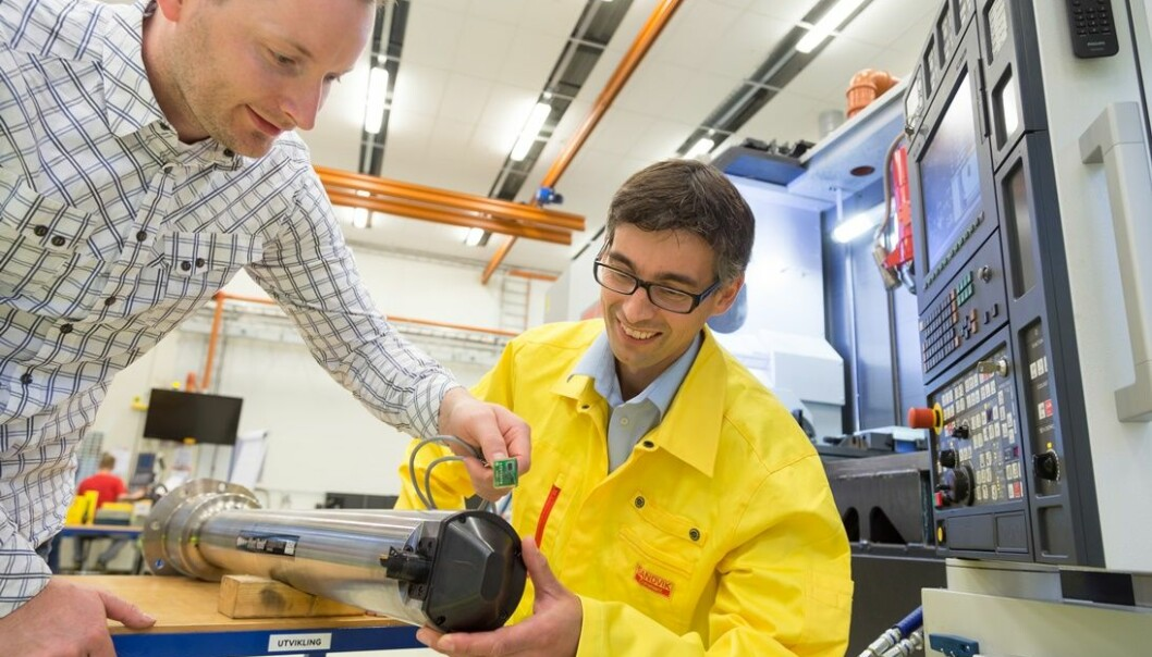 Terje Mugaas holds the sensor package which will be fitted to the boring bar. Tormod Jensen from Sandvik Teeness is on the right. A typical Mori Seiki multitask machine is seen in the background. (Photo: Sintef)