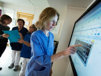 The 50-inch screen in the nurses' room now displays information about the status of all rooms, who is waiting to be cleared, and which new patients are expected that day.(Photo: Erner Juvik/SINTEF)
