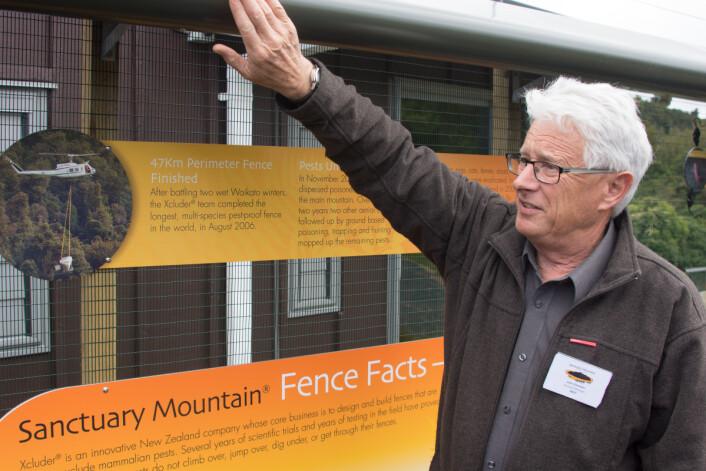 Daglig leder John Simmons demonstrerer sikkerhetsgjerdet ved Sanctuary Mountain Maungatautari. (Foto: Morten Günther)