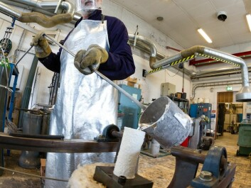 This is where the cast-forge process that turns smelted aluminium into a component of a suspension system begins. SINTEF's Kurt Sandaunet casts the aluminium alloy in a steel mould that is slightly tipped in order to keep the molten metal from splashing. (Photo: SINTEF/Thor Nielsen)