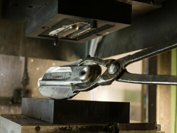 The forged product is ejected from the forging tool and lifted out. (Photo: SINTEF/Thor Nielsen)