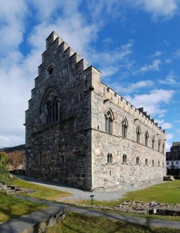 Håkonshallen i Bergen ble oppført som kongehall under Håkon Håkonsson på begynnelsen av 1200-tallet. Kong Håkon mottok sendemenn og utvekslet gaver med herskere så langt borte som Nord-Afrika, Russland og Spania.  (Foto: Petr Šmerkl, Wikimedia)