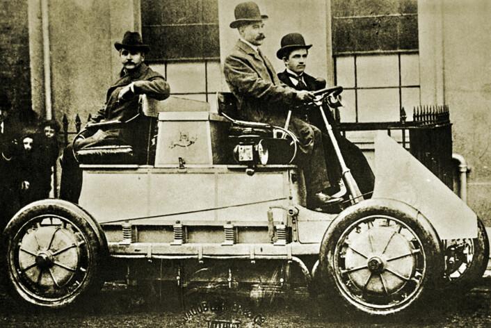 Hybridbiler er gammelt nytt. Her der den aller første, en Luhner-Porsche Mixte Hybrid fra år 1900. Bensinmotoren ladet opp batteriet som igjen drev elektromotorene, en til hvert hjul. (Foto: Ukjent fotograf, Wikimedia Commons)