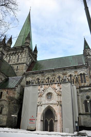 En katedral på Nidarosdomens størrelse må stadig restaureres. Akkurat nå er arbeidet med «kongeinngangen» begynt. (Foto: Magne Vik Bjørkøy, NGU)