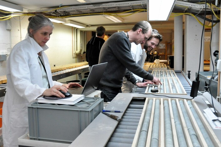 NGU-forsker Gurli Meyer jobber med datamaterialet, mens kollega Jakob Keiding (i midten) og NTNU-student Vegard Lund studerer borkjernene fra Dalhaugen-bruddet i Mosjøen. (Foto: Magne Vik Bjørkøy, NGU)