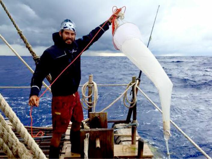 Her samler Pedro De La Torre planktonprøver.  (Foto: Kon-Tiki2)